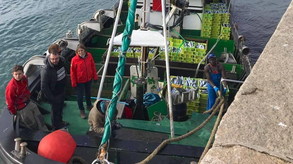 El candidato socialista, Adrián Barbón, a la xarda en el puerto de Lastres
