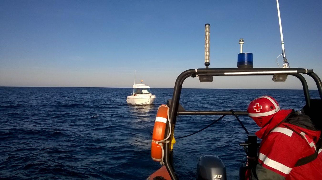 Remolcada al puerto de Llanes una embarcación que se quedó a la deriva frente a San Vicente de la Barquera