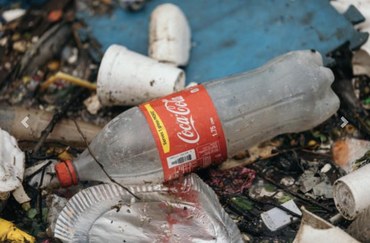Greenpeace trae a Ribadesella sus jornadas antiplástico con una recogida en la playa de Santa Marina