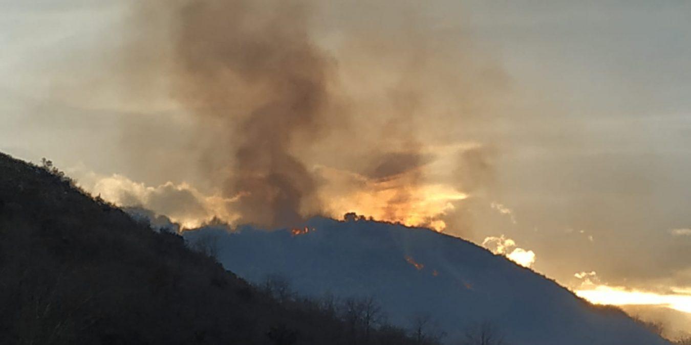 Los bomberos siguen trabajados en la extinción de dos incendios en Loroñe y Collada de Andrín
