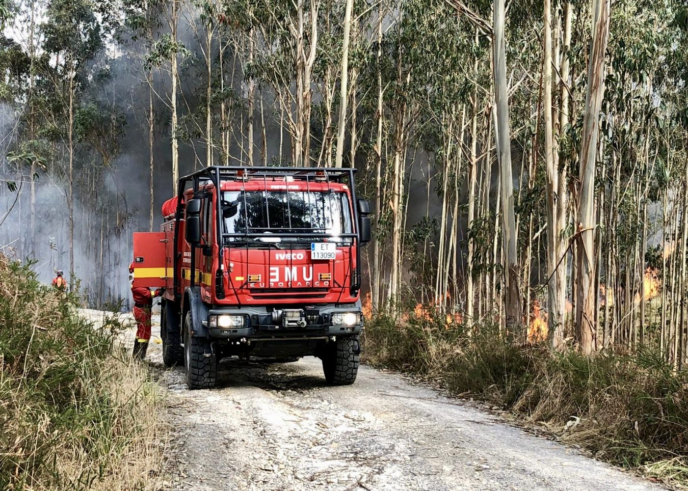 La UME y los Bomberos siguen trabajando en el incendio de Naves (Llanes)