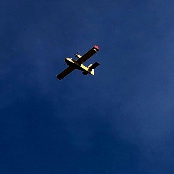 48 efectivos de la UME ubican su base en Ribadesella y dos hidroaviones del Ejército del Aire operan ya en los incendios de la comarca