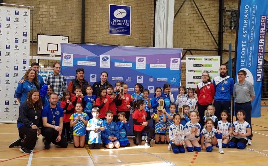 El equipo de voleibol mini benjamín del colegio Peña Tú de Llanes tercero de Asturias