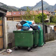 Protestas en Cabrales por el nefasto servicio de recogida de basuras