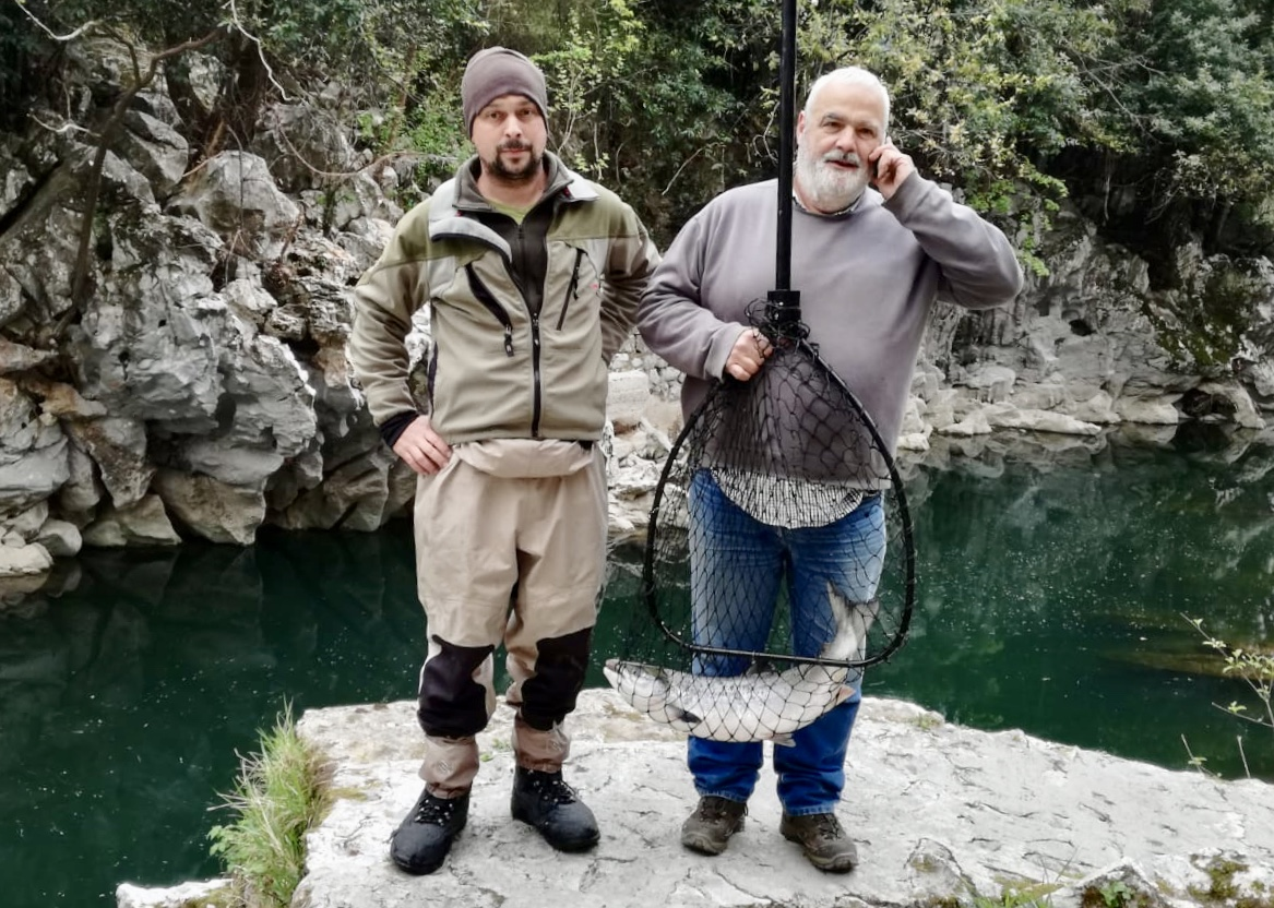 El Campanu compra el primer salmón cántabro de la temporada, pescado esta mañana en el río Pas