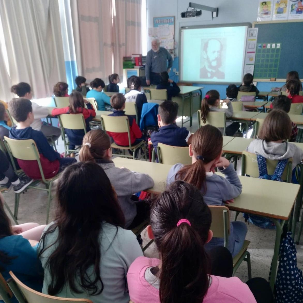 Ovación escolar en Ribadesella a Jesús Manuel Fernández Malvárez