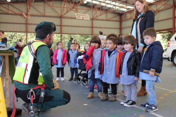 La Guardia Civil entretiene y divierte a los escolares de Cangas de Onís