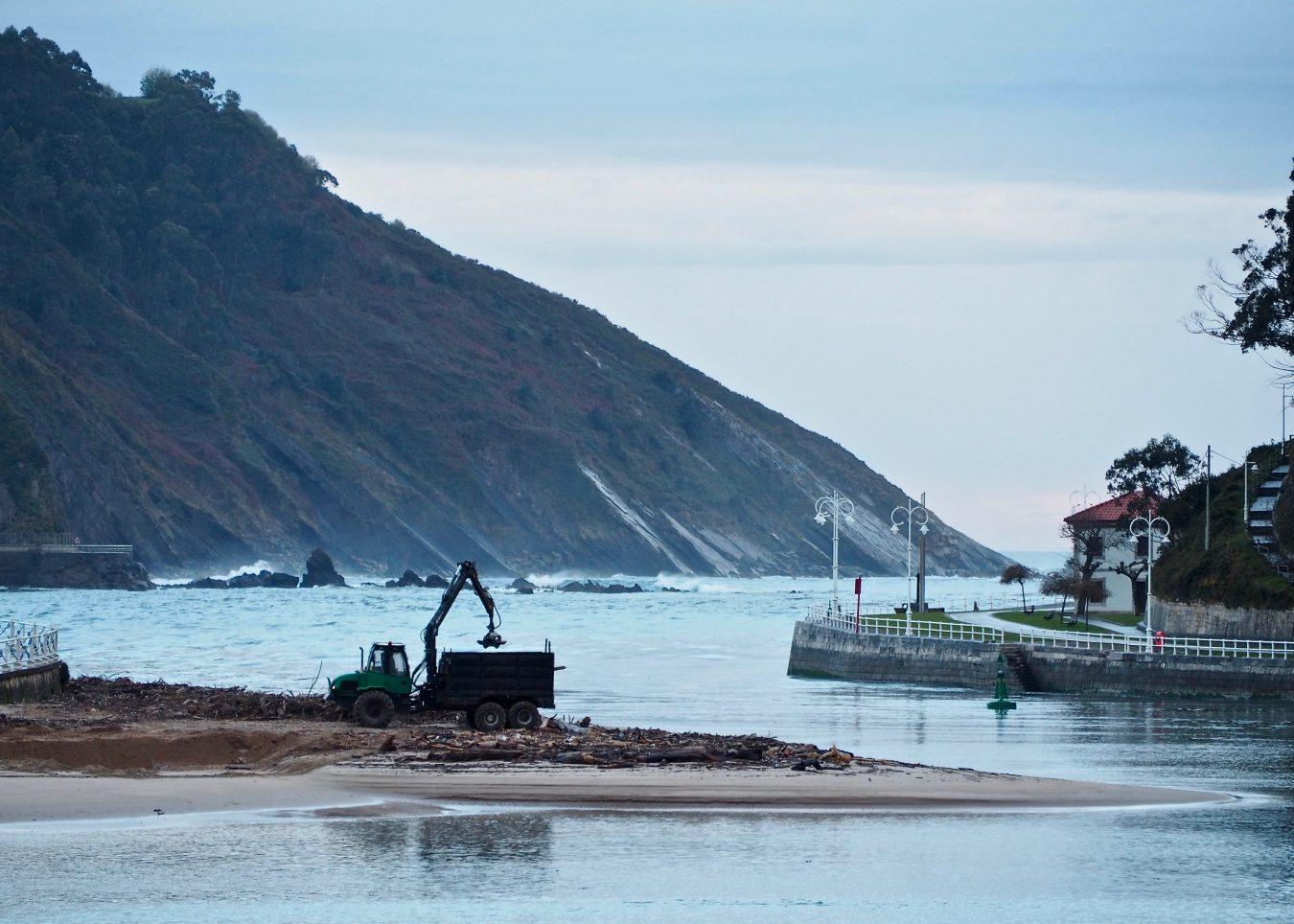 La alcaldesa de Ribadesella pide una solución justa a la limpieza de las playas