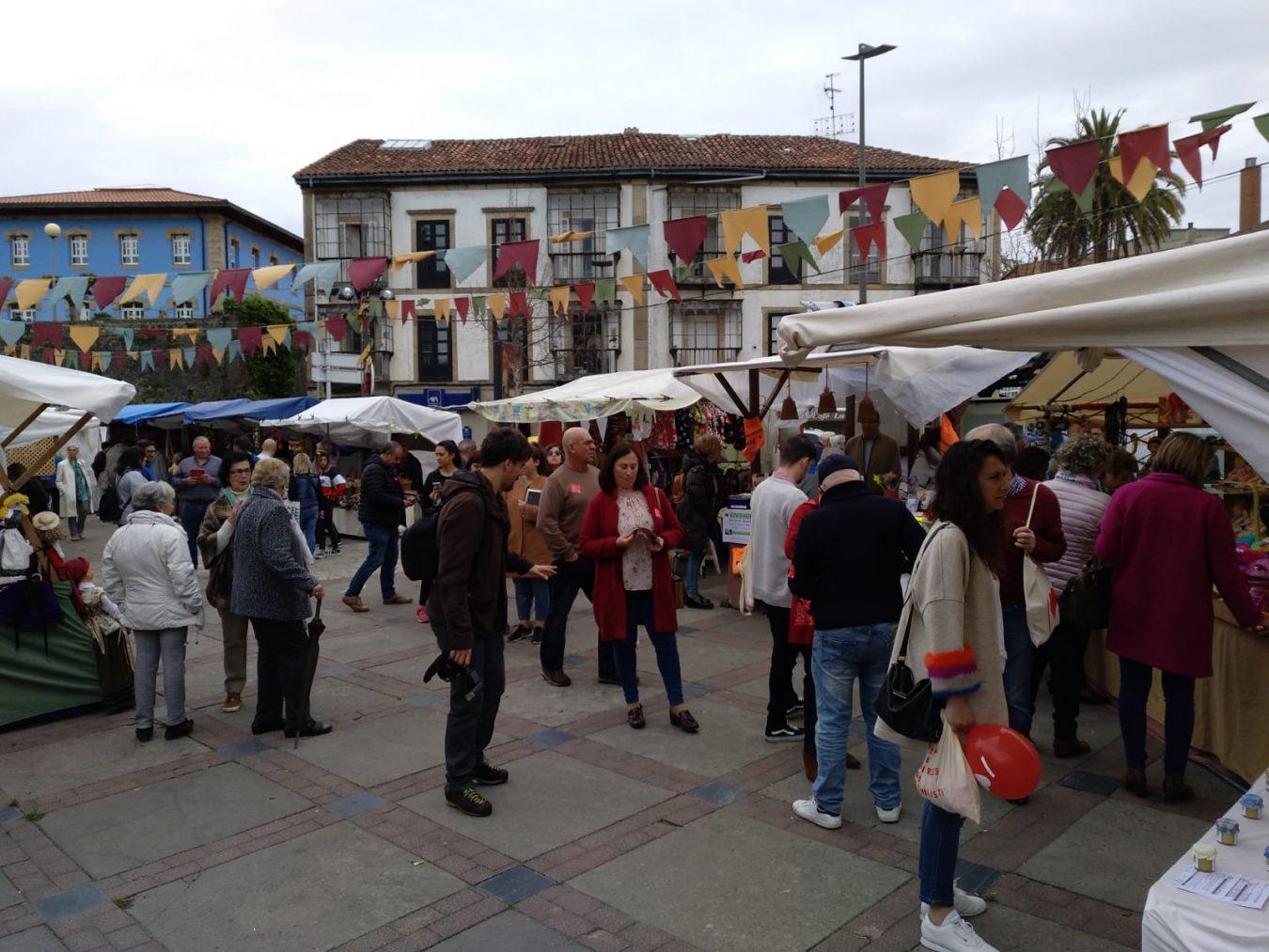 La Asociación Alcuentros inaugura en Colunga su noveno Mercaliarte