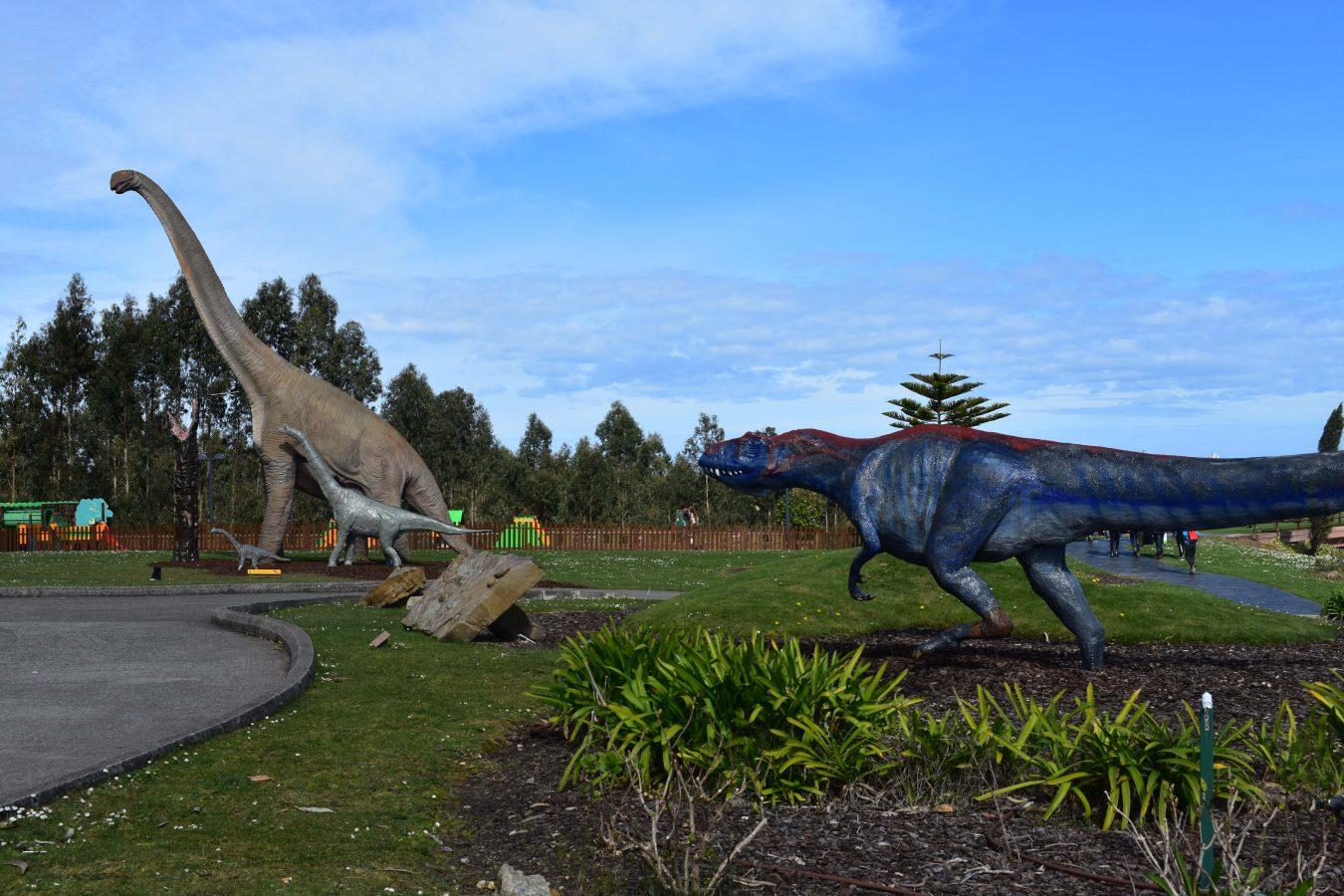 Los jardines del Museo Jurásico de Asturias incorporan dos crías de Dinosaurio