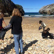 Alumnos de un colegio madrileño retiran la basura de la llanisca playa de Cuevas del Mar