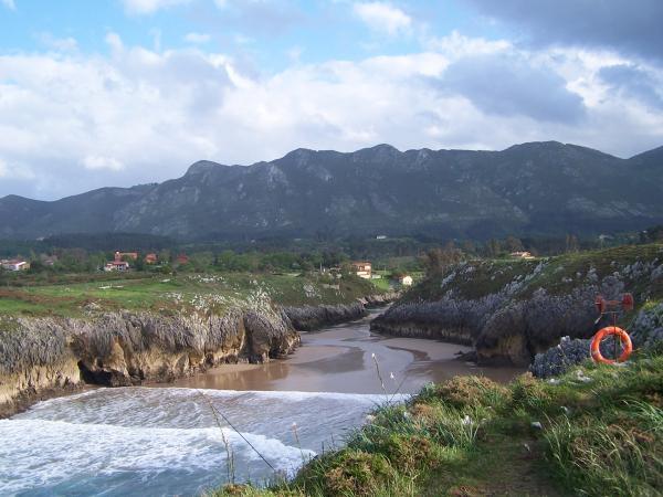 La playa de Guadamía seguirá otro verano sin acceso desde Ribadesella