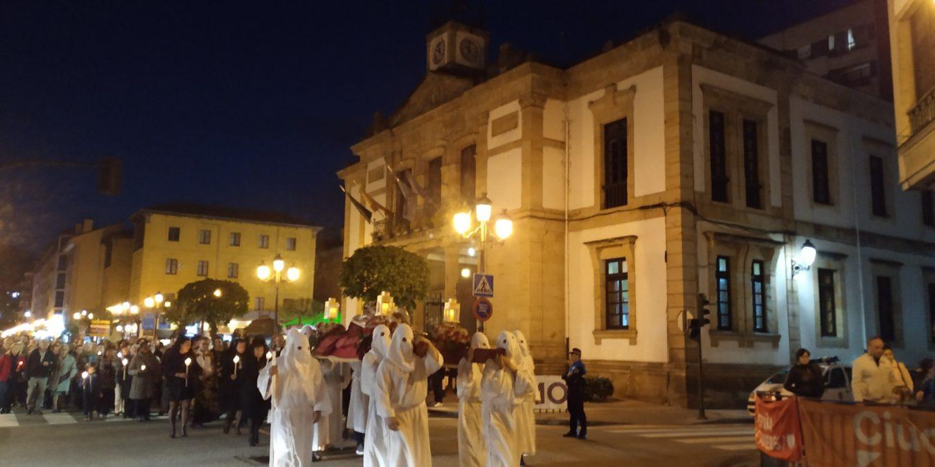 La Semana Santa continúa con procesiones como la vivida anoche en Cangas de Onís