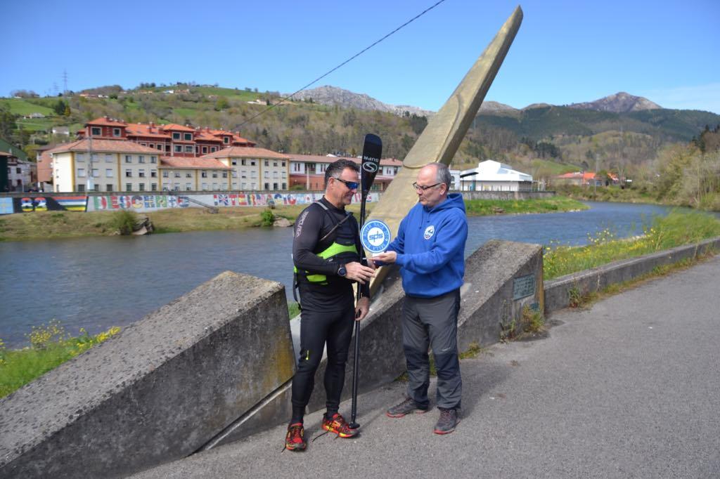 Un balear se convierte en el primer deportista que remonta el río Sella en SUP