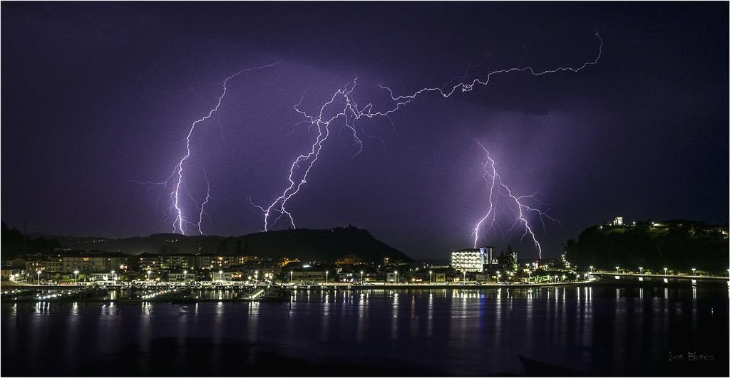 Espectacular tormenta sobre la villa de Ribadesella