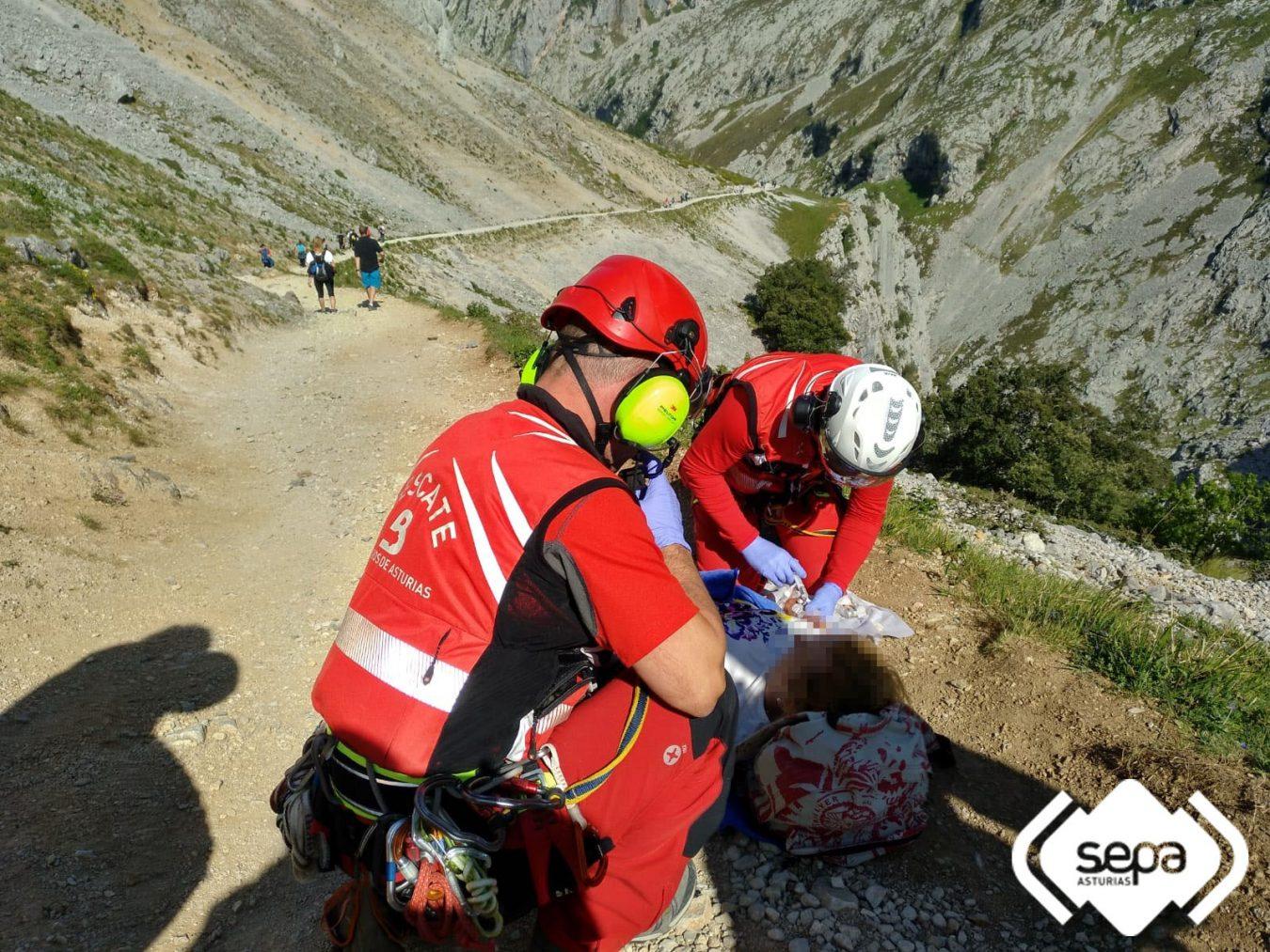Rescatada una mujer que se rompió la tibia y en peroné en la Ruta del Cares