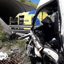 Un transportista de naranjas con pronóstico reservado tras sufrir un accidente en la A-8