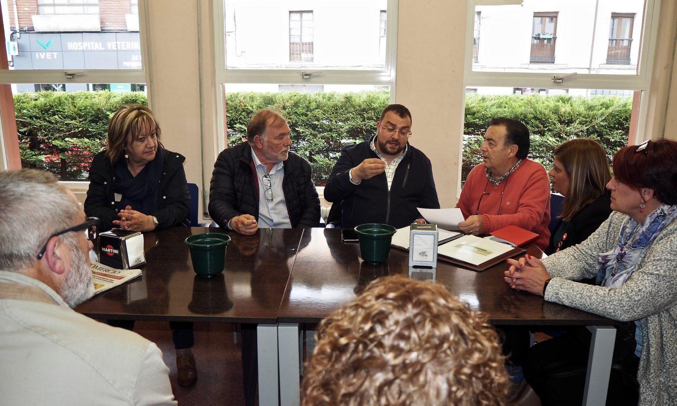 Adrián Barbón se reúne con Los Mas Grandes de Ribadesella para conocer sus inquietudes