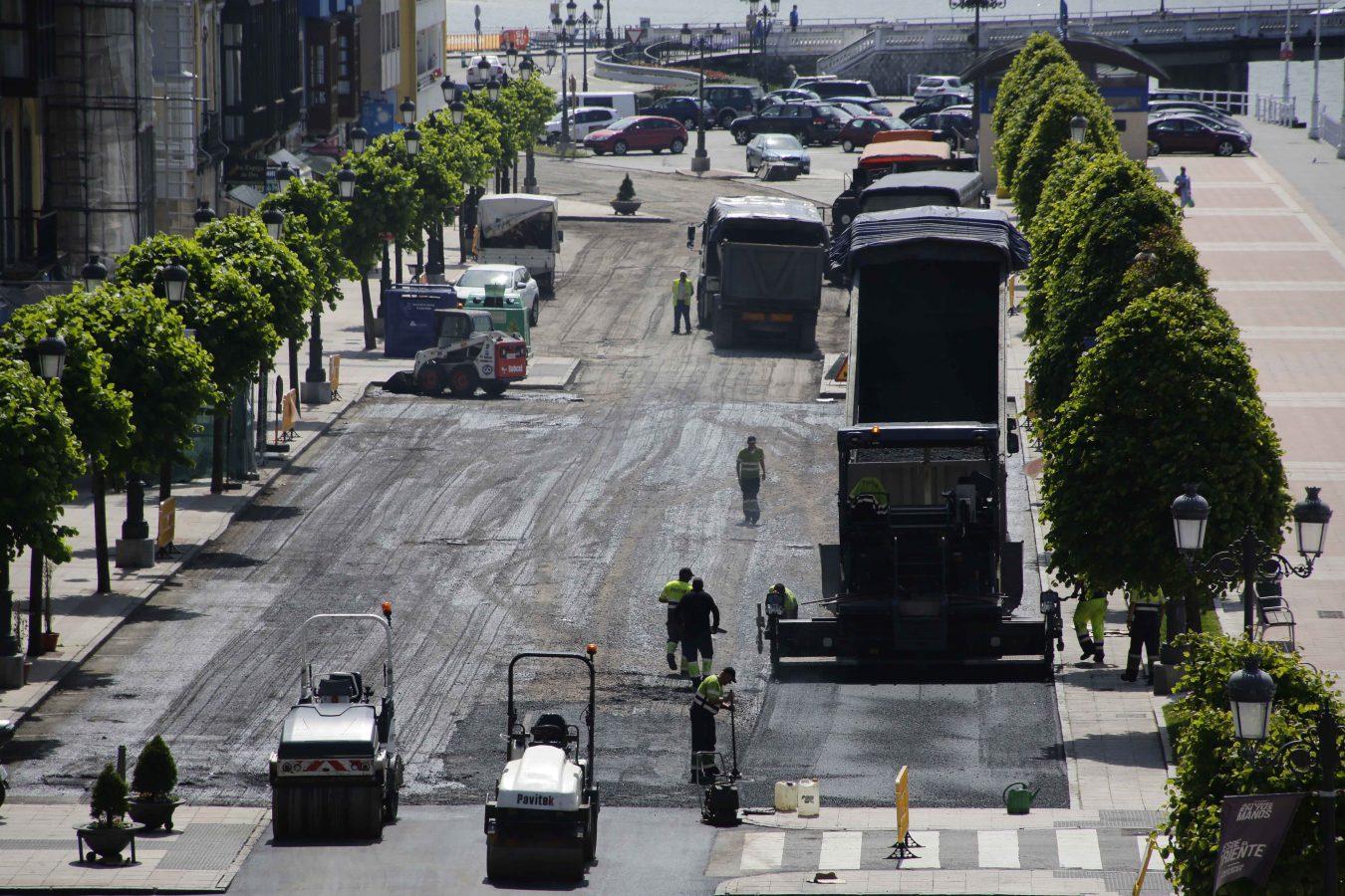 Los coches regresan al muelle de Ribadesella después de cuatro días de trabajos para su pavimentación