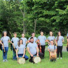 La Banda de Gaitas de Onís presenta su logotipo y nueva indumentaria