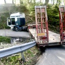 Un camión corta durante dos horas la carretera que une San Juan de Beleño con Viego, en Ponga