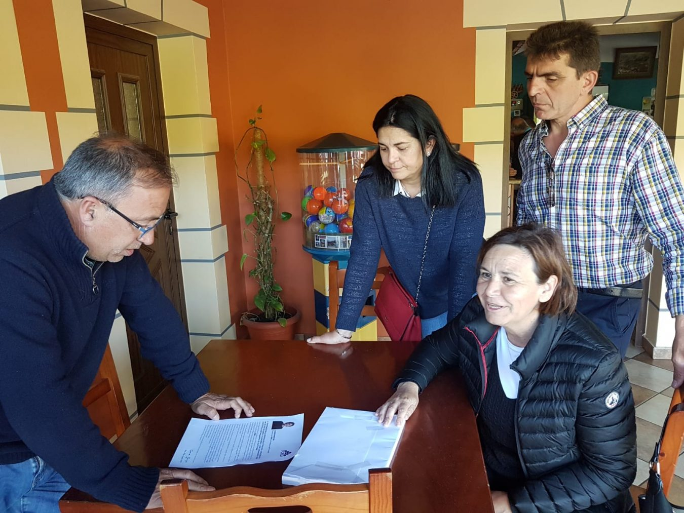 Carmen Moriyón (Foro Asturias) se pone a disposición de los pastores en su visita a Cangas de Onís y Onís