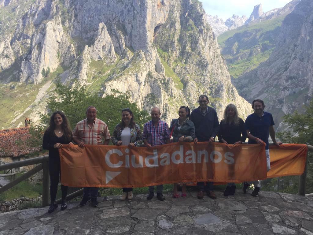 Sarrapio presenta a sus compañeros de candidatura (Cs) en Cabrales