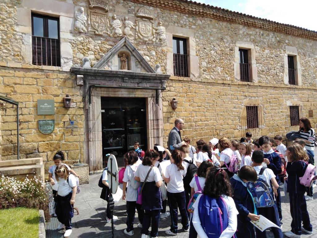 Escolares riosellanos se divierten con la historia en el Parador de Cangas de Onís