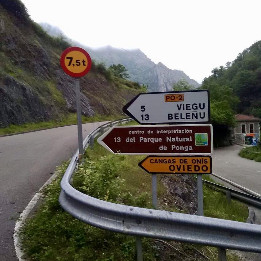 Malestar en Amieva y Ponga por el cierre de la carretera PO-2 a vehículos pesados