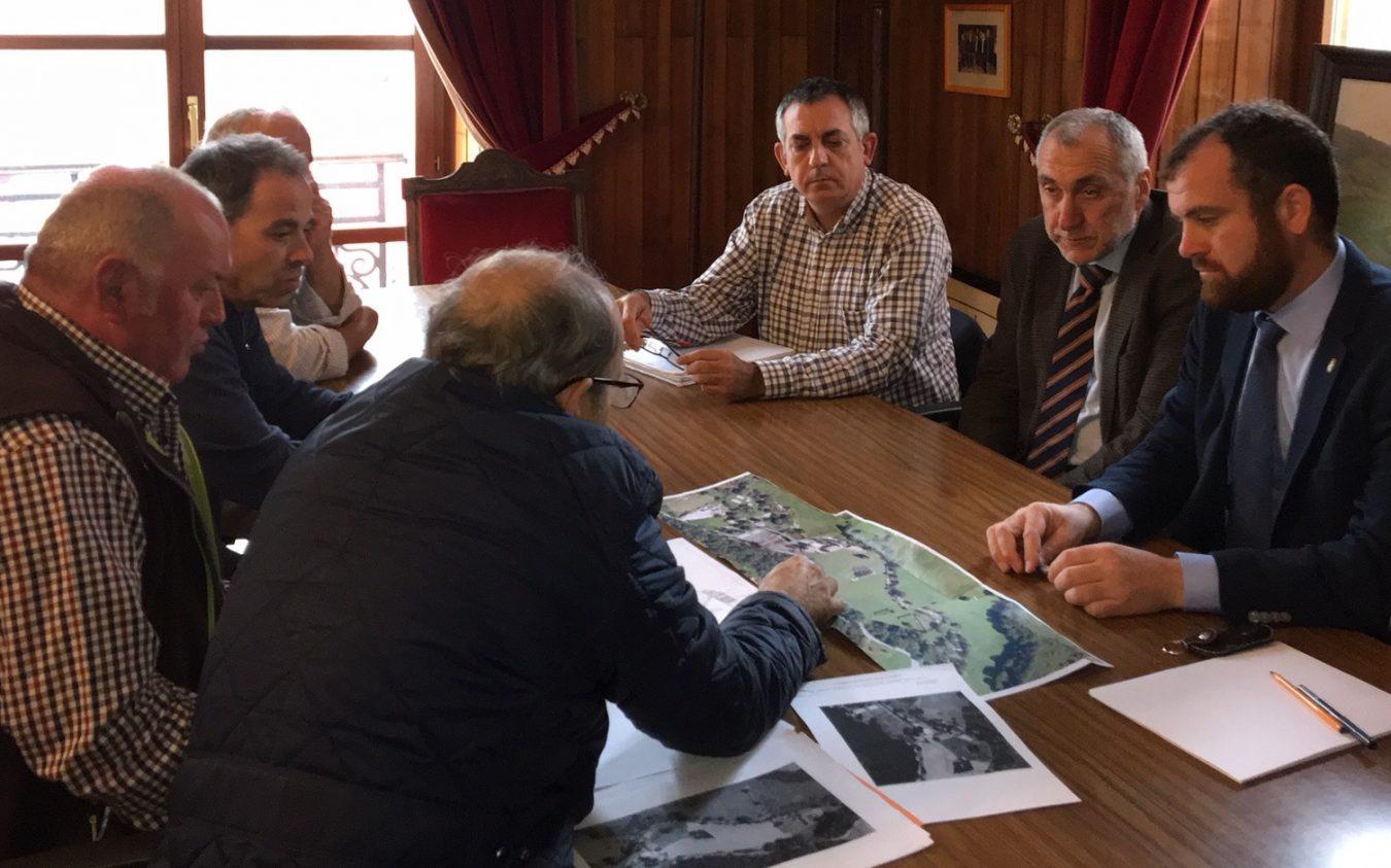 Medio Ambiente reúne en Infiesto a las partes que compartirán espacios en El Horrín, El Esmerillón y el Ayuntamiento de Piloña
