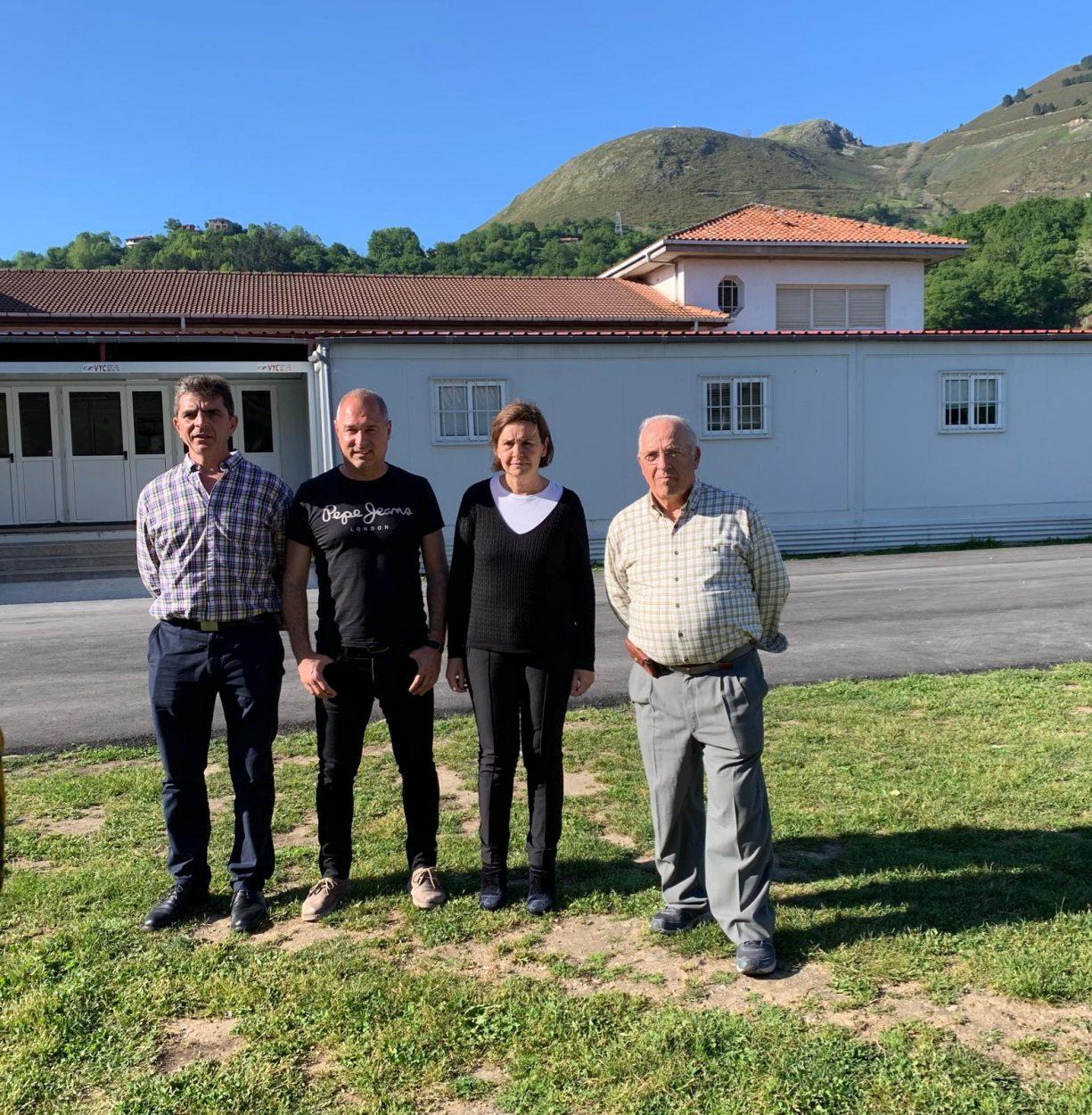 Pelayo Martínez propone condiciones dignas en lugar de goteras y barracones para los centros educativos de la comarca