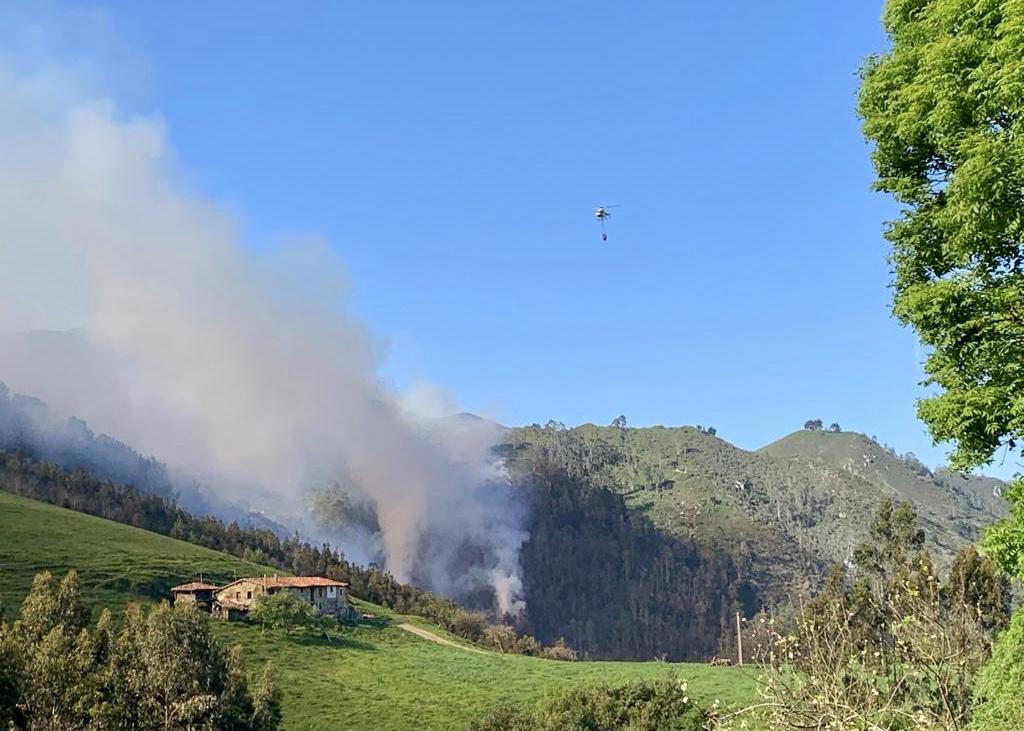 Los bomberos trabajan en la extinción de un incendio entre Ribadesella y Parres