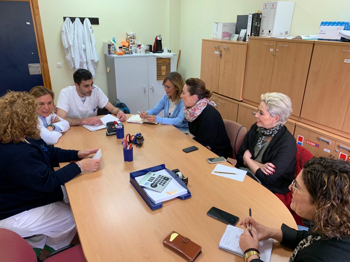 IU promete más medios materiales y humanos para el Hospital de Arriondas
