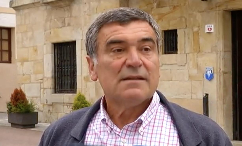 Justino Pérez (PP) pide rebajar los sueldos de altos cargos un 20 ó 30% para pactar con Cs en Colunga