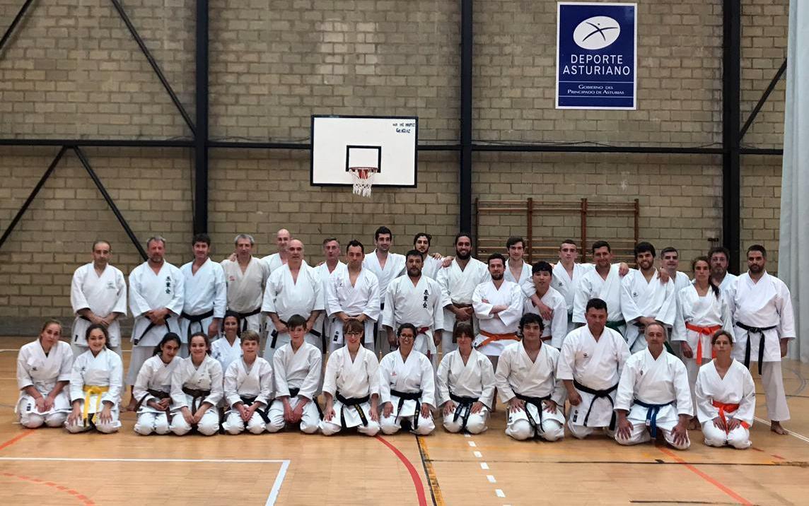 Encuentro de karatekas en el polideportivo municipal de Llanes