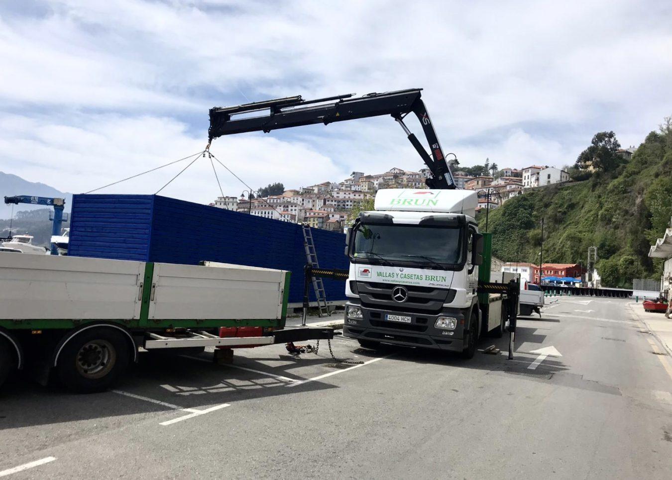 Esta mañana llegaba a Lastres la nueva caseta de servicios portuarios