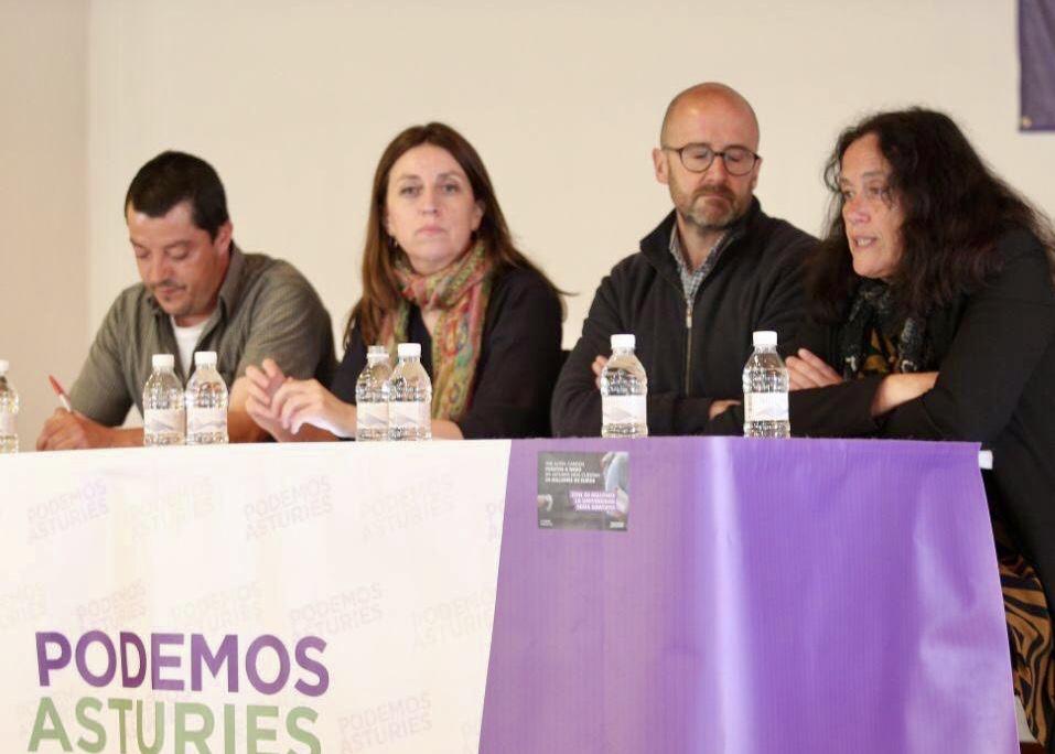 La candidata de Podemos a la presidencia del Principado, Lorena Gil, visita Infiesto para hablar del campo