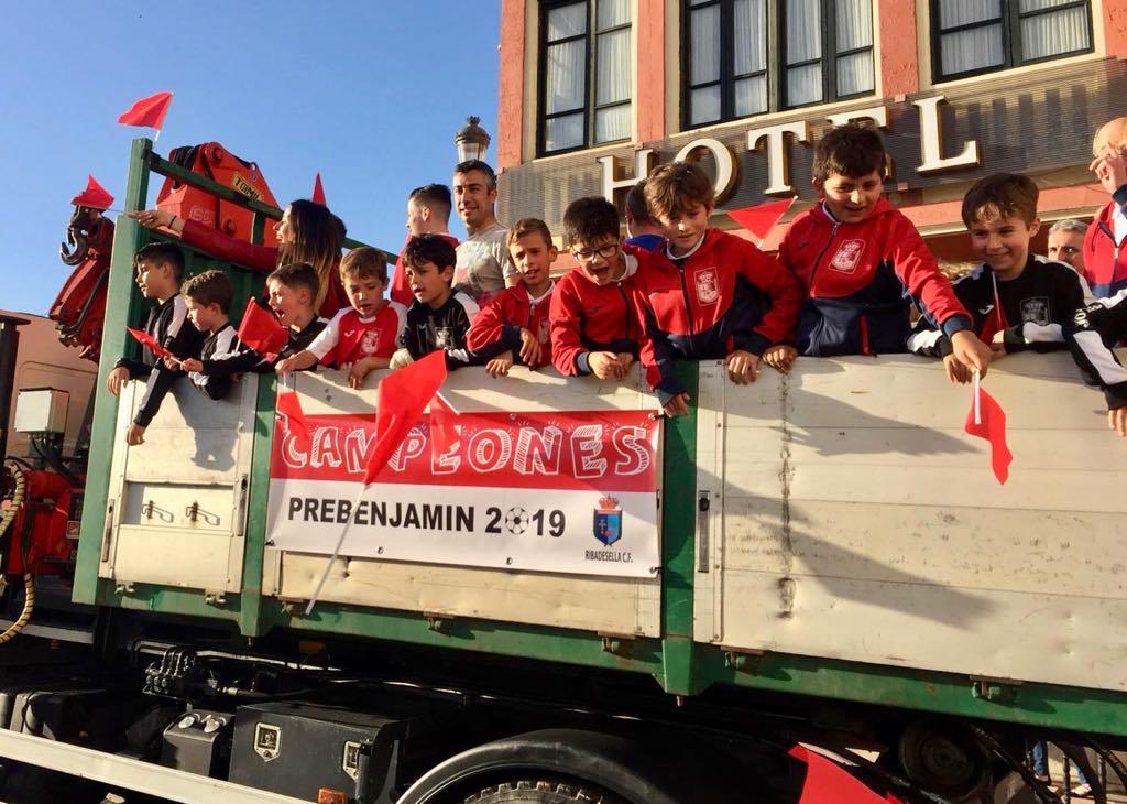 Desfile, baño y merienda de los prebenjamines del Ribadesella CF para celebrar el ascenso