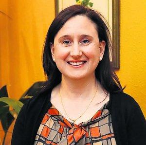 La alcaldesa de Caravia, chica para todo, realizando y repartiendo la compra a sus vecinos mas vulnerables