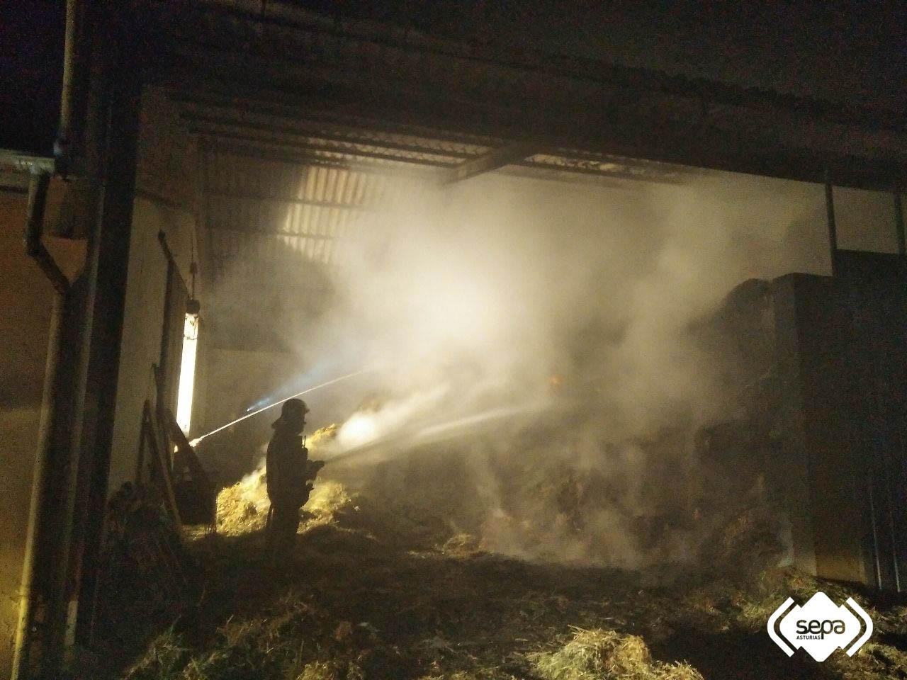 Diez horas para apagar el fuego en una nave agrícola