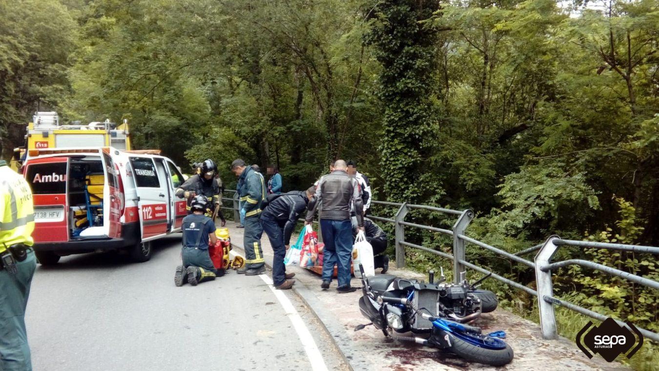 Un motorista y su acompañante heridos al caer por un desnivel cerca de Covadonga (Cangas de Onís)