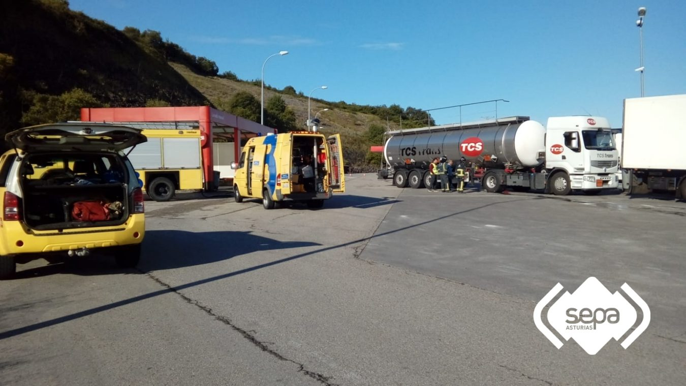 Una fuga de ácido sulfúrico en un camión cisterna estacionado en Colunga mantiene la alerta durante mas de cinco horas