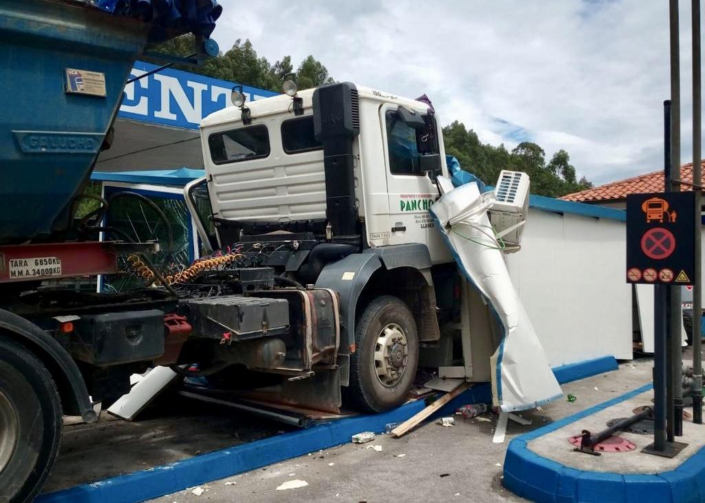 Un camión pierde los frenos y se empotra contra las instalaciones de una gasolinera en Posada de Llanes