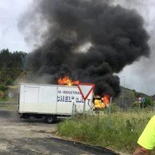 Un camión de una lavandería industrial se incendia en Ribadesella sin causar daños personales
