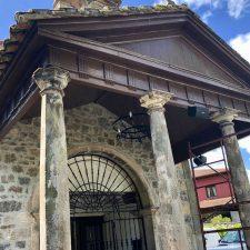 Reparadas a tiempo las columnas de la capilla de San Antoniu de Cangas para el inicio de las fiestas