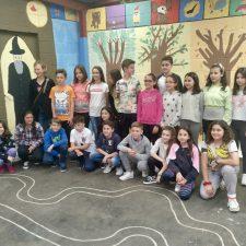 El colegio público de Ribadesella inaugura su particular bosque encantado con Mago incluido