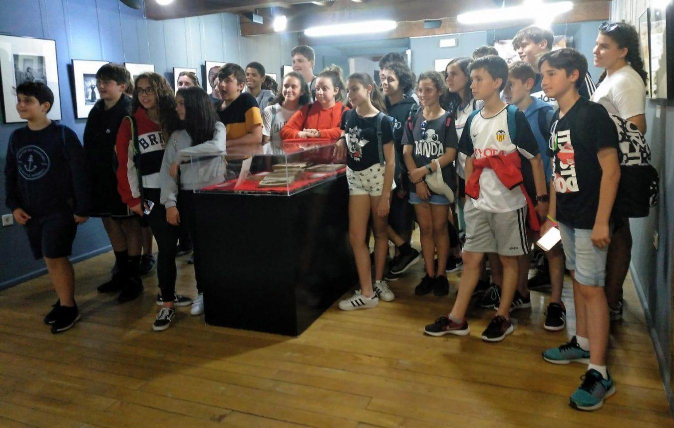 Escolares de Gijón visitan la exposición sobre el fotógrafo llanisco Baltasar Cue Fernández