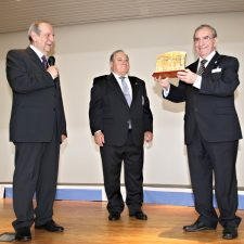 El Coro La Fuentina cubre de Oro a Emilio Serrano y nombra a Covita Socia de Honor