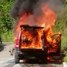 Un todoterreno queda calcinado por completo al incendiarse en Viego (Ponga)