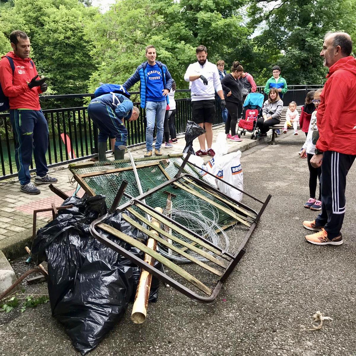 El Club Cangas de Onís Atletismo retira otros 300 kilos de basura del río Sella